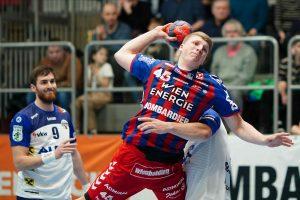 Ein Mann spielt Handball