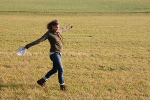 Eine junge Frau spielt Frisbee