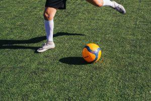Ein Mann beim Fußballspielen