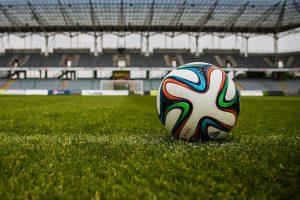 Ein Fußball liegt auf grünem Rasen