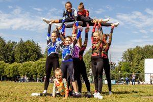 Cheerleaderinnen auf einer Wiese