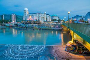 Der Donaukanal mit Urania im Hintergrund