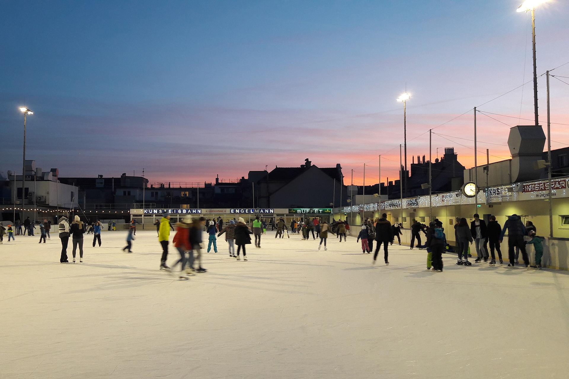 Eine große Eisfläche am Abend