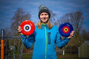 Eine Frau mit zwei Discs