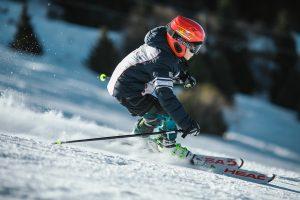 Ein Junge fährt Ski