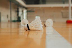 Badmintonbälle in einer Sporthalle