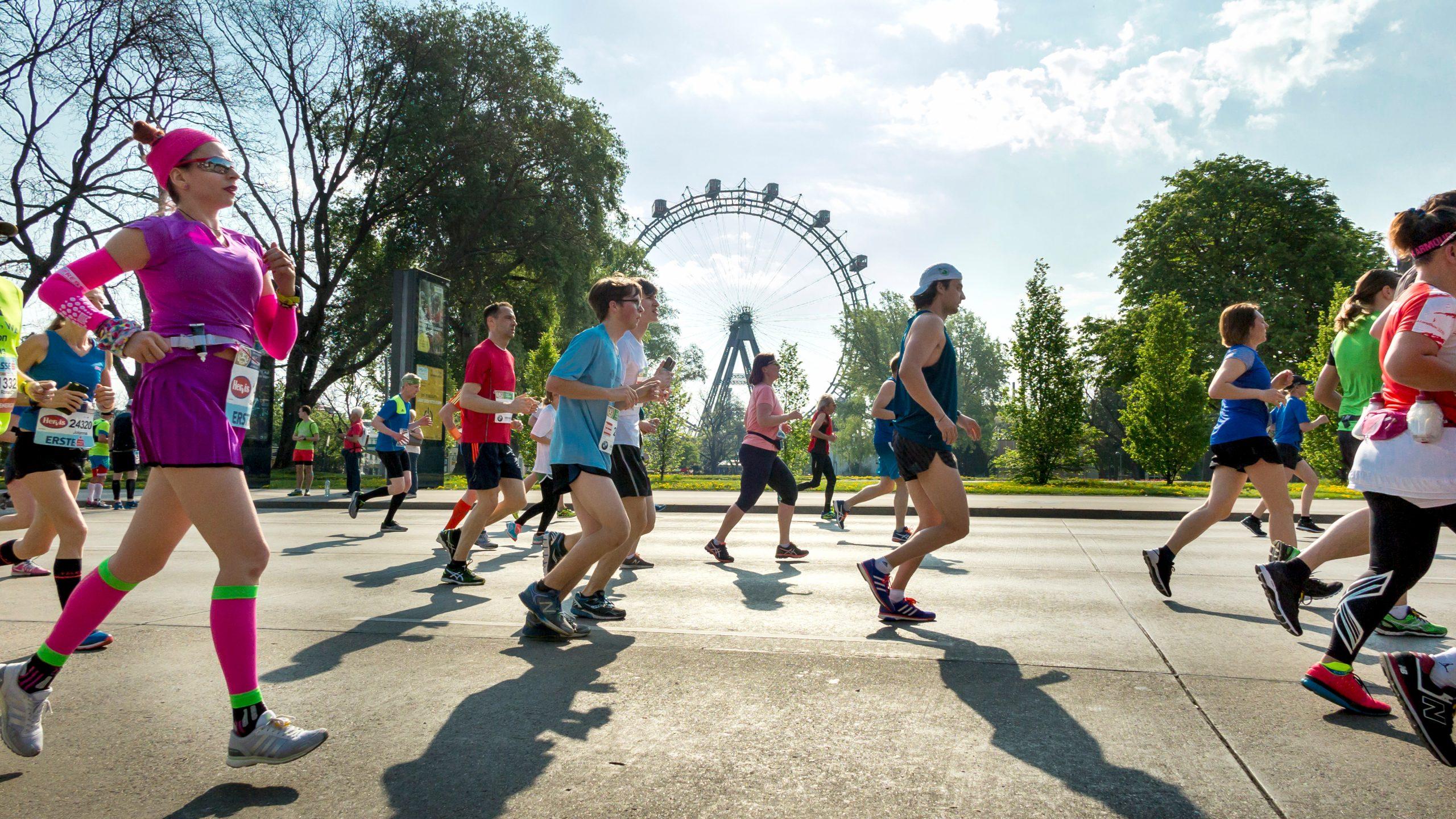 Mehrere LäuferInnen vor dem Riesenrad